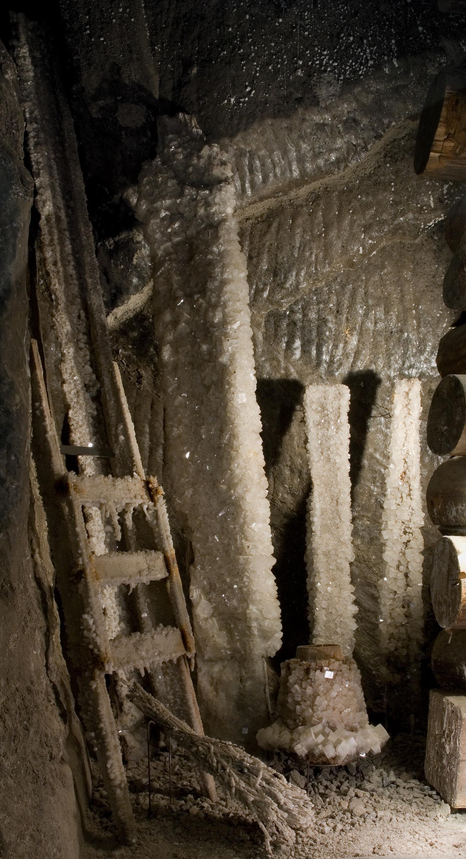 sprzęt górniczy pokryty kryształami, ekspozycja Muzeum w kopalni